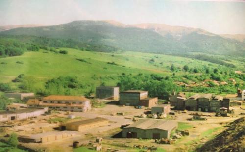Vajsková huta – pohľad na prevádzkové budovy  - pred